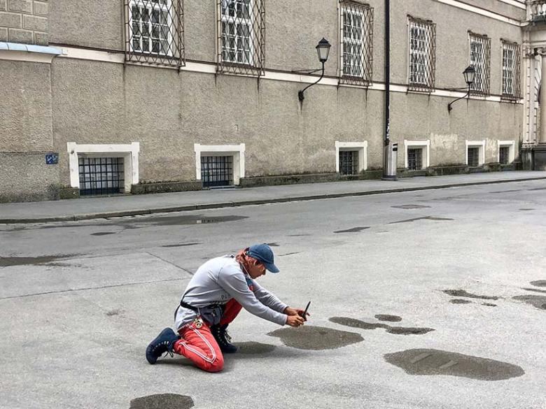 """Fotografin und Workshop-Leiterin Doris Wild, hier beim ersten Wildbild-Instawalk-Fotoworkshop in Salzburg, empfiehlt beim Fotografieren öfters mal die Perspektive zu wechseln und dafür schon auch einmal """"in die Knie"""" zu gehen. Foto: Kitzenegger"""