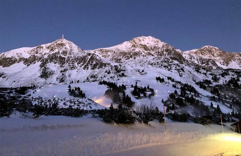 Düstere Aussicht für den Wintersportort Obertauern. Ein Skiurlaub in Österreichs schneesichersten Wintersportort ist erst ab Januar 2021 möglich, Skifahren ab 24. Dezember 2020. Die Vorbereitungen für unbeschwertes Skivergnügen, wie etwa der Einsatz zahlreicher Schneekanonen, laufen trotzdem auf Hochtouren. Foto: Kitzenegger