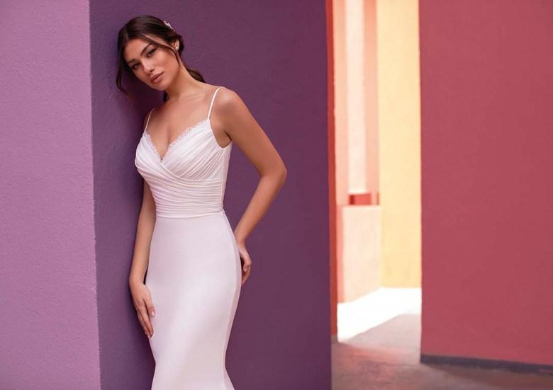 """""""Weniger ist mehr"""" lautet das Motto eines Trends der Brautmode 2021. Purismus in seiner schönsten Form, wie man auch hier beim Kleid LILAC von White One sieht. Foto: Pronovias"""