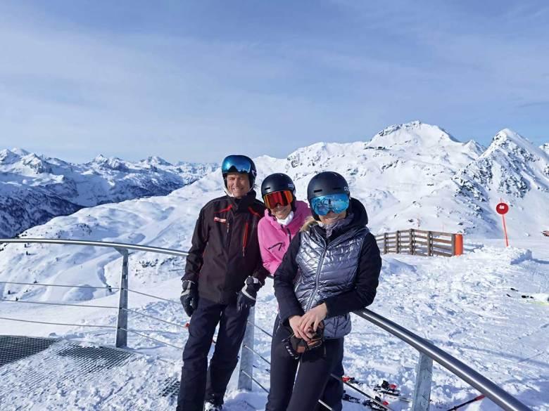 Haben im Obertauern-Skiwinter 20/21 ungewollt viel Zeit, um selbst Skifahren und Snowboarden zu gehen: Manfred, Alexandra und Heidi Krings (v.li.n.re.). Foto: Hotel Das Seekarhaus