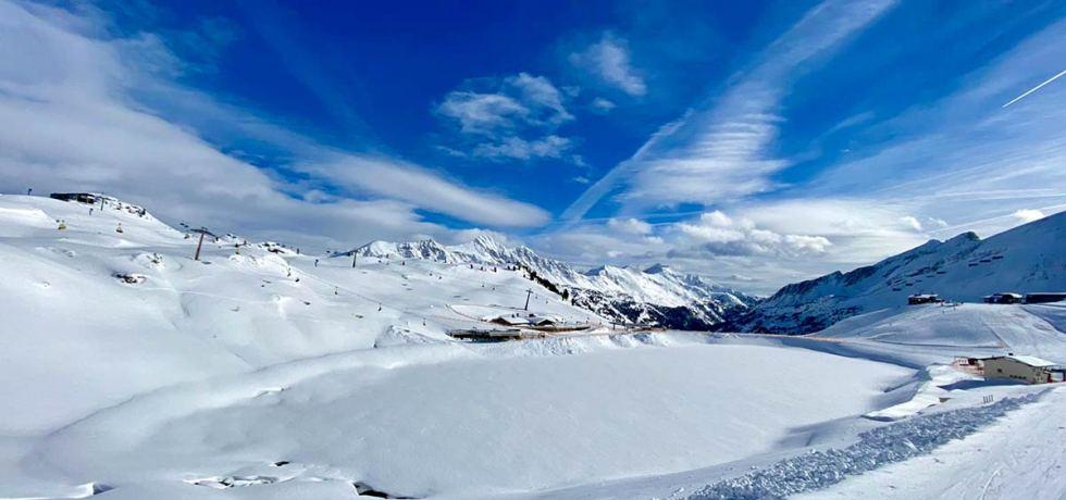 """""""Good vibes only"""" lautet die Devise beim ersten """"Gipfeltreffen von der Hochalm"""" mit DJ Simon und DJ Xandl im Februar 2021. Der Livestream ist via Facebook zu sehen. Foto: Kitzenegger"""