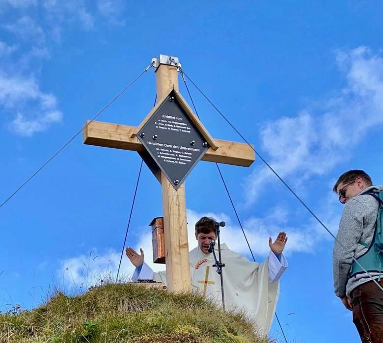 Das Gipfelkreuz für die Gamsleiten wurde am 12. September 2021von Pfarrer Rupert Santner im Rahmen einer Bergmesse geweiht. Foto: Peter Holzner | Skiworld Obertauern