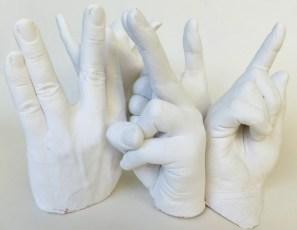 Gipsabformungen von fünf Händen einer Familie