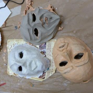 Foto: Masken in Arbeit