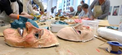 Foto: Masken und Teilnehmer bei der Arbiet