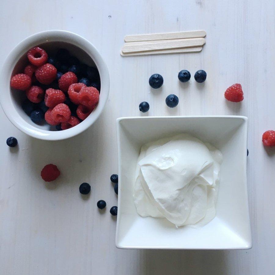 Beeren-Joghurt-Popsicles mit Farbverlauf