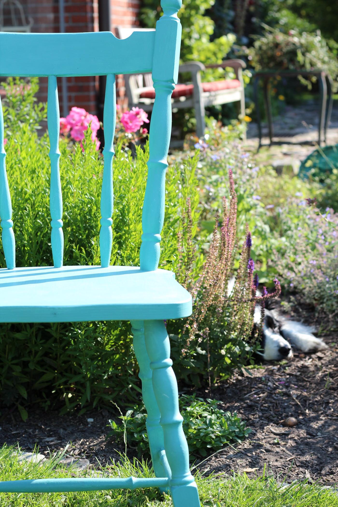 Stuhl mit Kalfarbe gestrichen