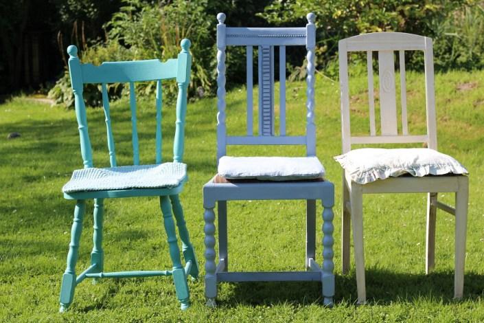 Bunte Stühle mit Kalkfarbe gestrichen