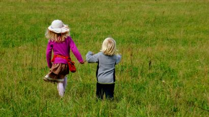 Foto von Bela mit einem weiteren Mädchen auf einem Spaziergang.