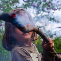 Foto von Luis, der Experimente am Lagerfeuer macht.