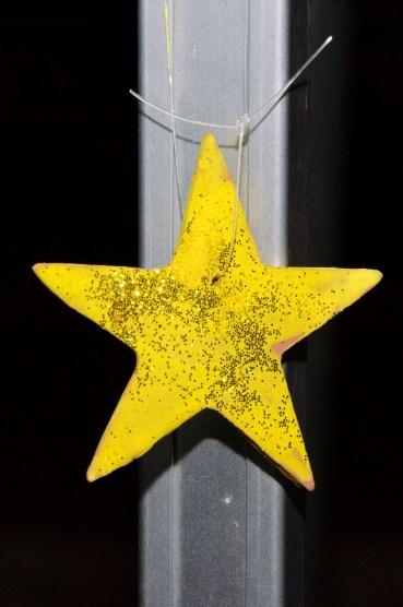 Foto eines Sterns aus Ton, von den Kindern bemalt und mit goldenem Glitter bestreut.