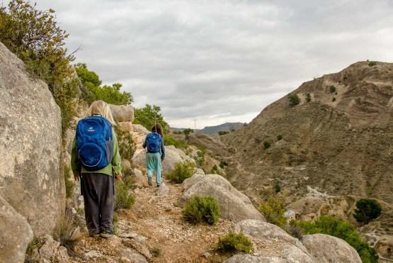 Foto von zwei Kindern beim Wandern in den Bergen.