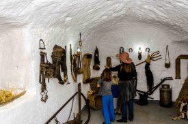 Foto im ehemaligem Stall in einer Höhlenwohnung.