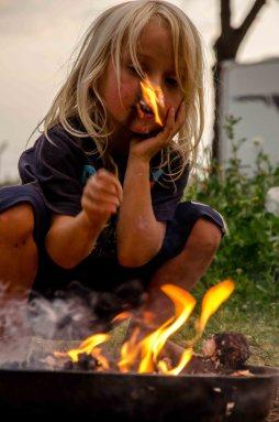 Kind macht Feuer.