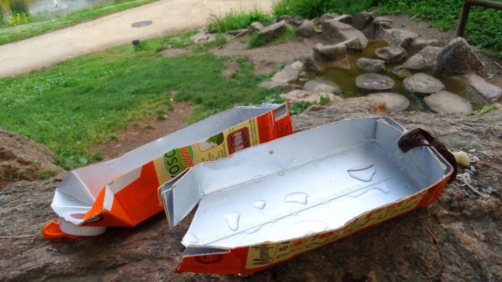 Spielboote aus Tetrapackungen.