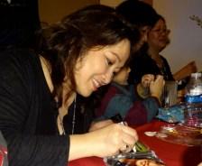 Mộng Trang ký tên vào CD