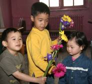 Loan Vy sẽ nhận hoa của Lam hay của Xuân ?