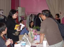 Nga, chị Khanh, Tuấn, Luyến ở quầy sách, báo, CD nhạc