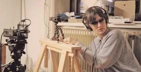 """""""What would Ted Kaczynski´s daughter do ...?"""" ( 2016, Video, DIY Devices, Skultpuren) zeigt Chrystal Tesla, Tochter des Unabombers Ted Kaczynski im Videointerview, ebenso wie Objekte aus ihrer sogenannten Wunderkammer."""