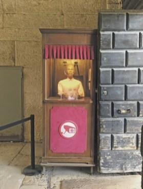 Der Überwachungs-Dummie am Eingang. Foto Sarah Held