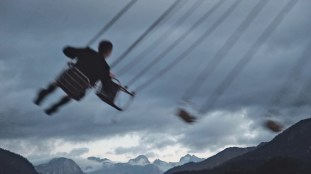 Der Jahrmarkt und seine Vergnügungen. Bild Veronika Barnaš, Filmstill aus Fahren, 2020