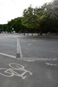 Die Pflastersteine markieren den ehemaligen Verlauf der Mauer, die Berlin teilte