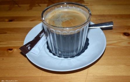 Kaffee aus Plastikbechern