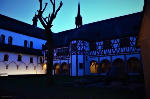 Beleuchteter Innenhof am Abend