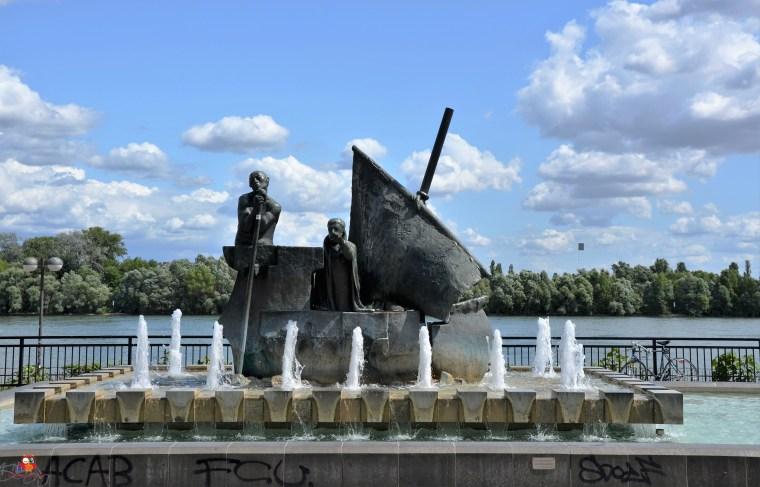 Frauenlob-Barke-Brunnen am Adenauer-Ufer