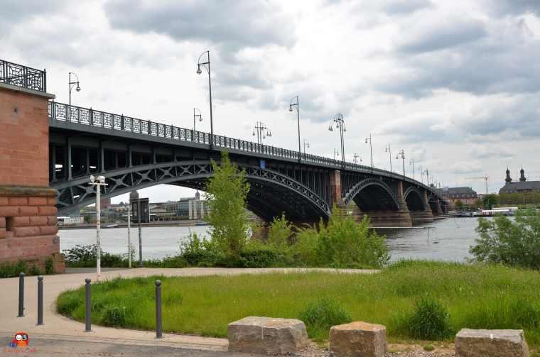 Die Theodor-Heuss-Brücke in Mainz von der rechten Rheinseite aus