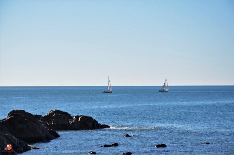 Felsküste bei Porto mit 2 Segelschiffen