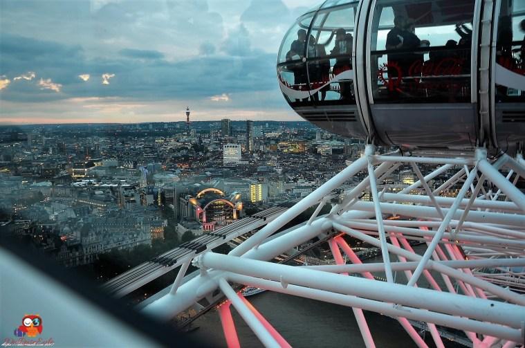 Riesenrad London Eye mit Blick über beginnende Dämmerung über London