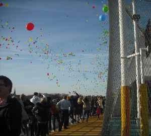 Luftballonevent bei Abfahrt in Kiel