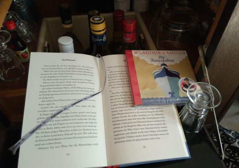 Stillleben mit Buch, Hörbuch und Hausbar