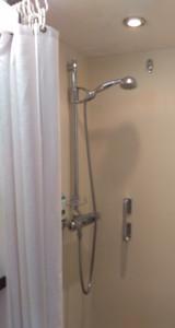 Ebenerdige Dusche mit Haltegriff