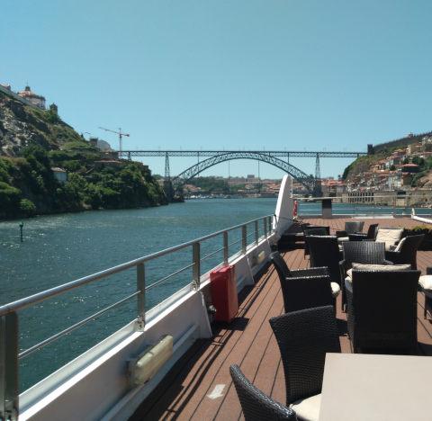 Douro-Flussreise mit Blick auf Portos Wahrzeichen, die zweistöcke Eisenbrücke Ponte Luis I