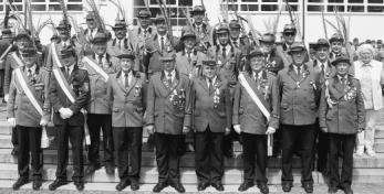 Befördert und geehrt: Viele Schützenbrüder und auch einige -schwestern wurden auf dem Rathausplatz mit Orden ausgestattet.