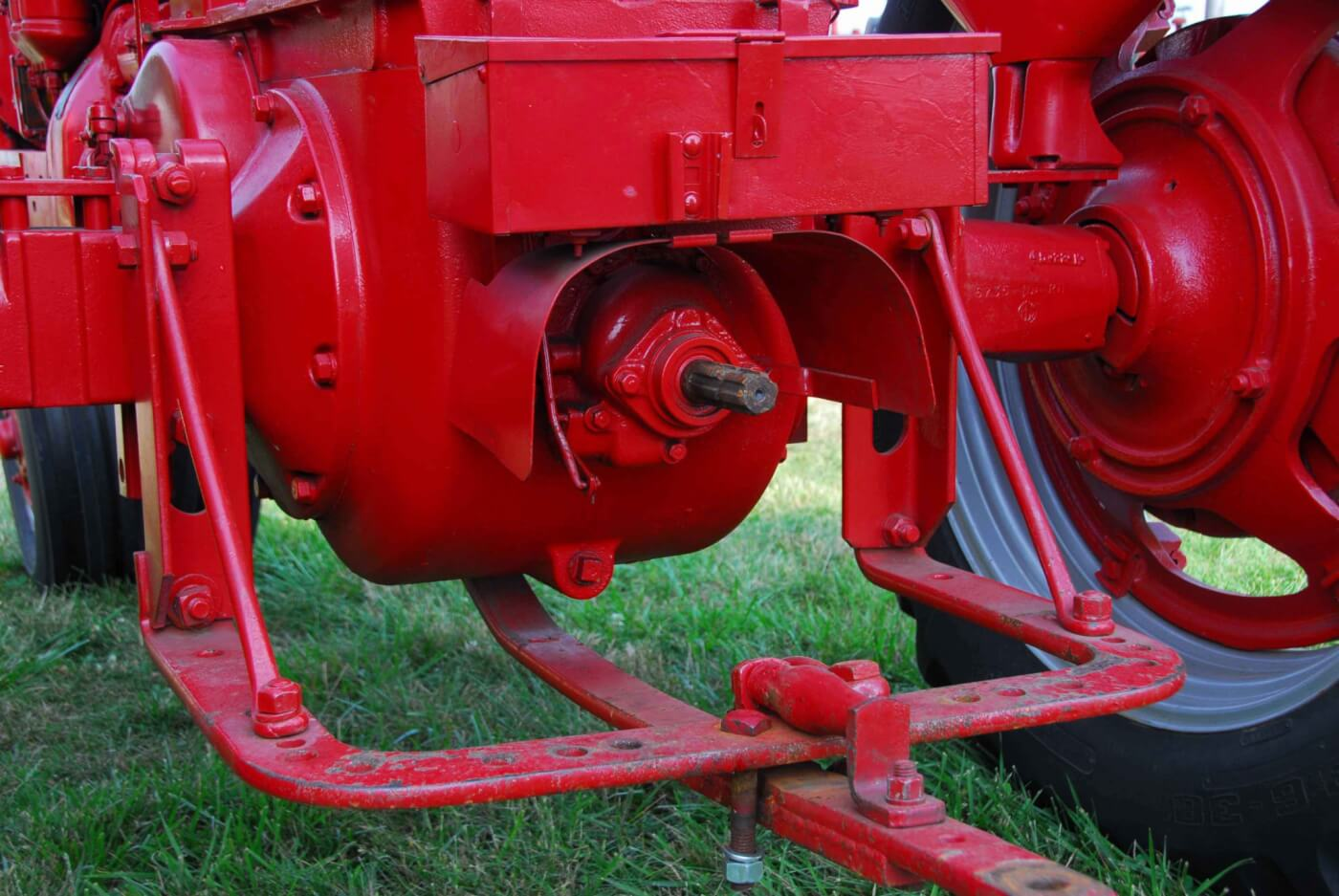 hight resolution of the working end of the md shows the swinging drawbar and the non live pto