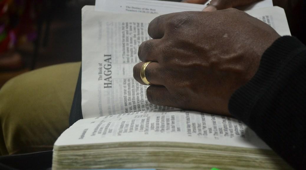 Die Bybel onder die arm