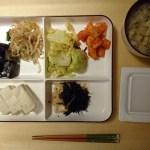 野菜不足の夜ご飯。お惣菜の品目多めに。
