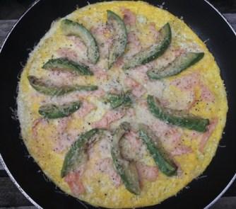 omelete de salmón y aguacate