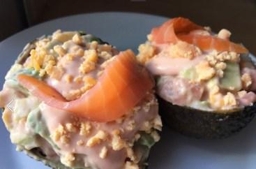 aguacates rellenos con salmón