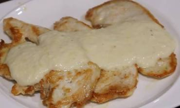 Pollo con salsa de queso parmesano