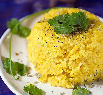 Delicioso arroz vegano temperado com curcuma