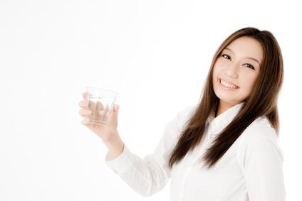 水を飲む女性社員