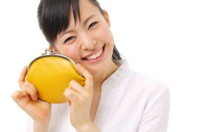 笑顔で黄色い財布を持つ女性