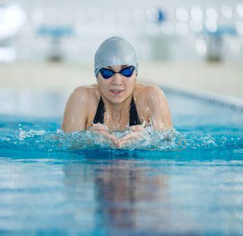 平泳ぎ泳をする女性
