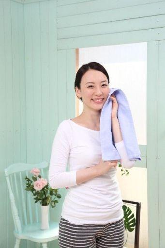 笑顔で汗を拭く女性