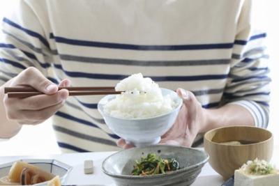 白米を箸で持つ