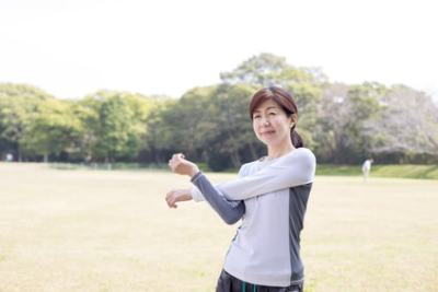 準備運動をしているミドル女性